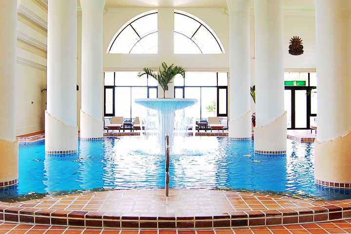 沖縄ホテル日航アリビラー屋内プール
